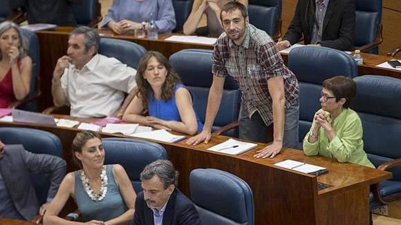Emilio Delgado Ordaz de pie en la Asamblea española. Foto tomada de ABC.