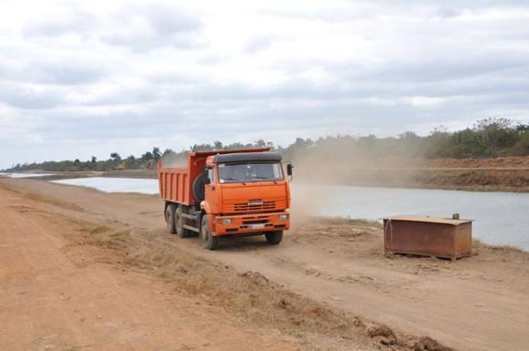 Unos 32 000 metros cúbicos de azolve y fango fueron extraídos del cauce del canal en el mes de febrero. Foto: Escambray.