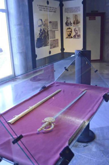 Réplica de la espada de Simón Bolívar en el Memorial José Martí. Foto: Anabel Díaz/Granma.