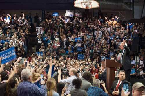 Estados Unidos vive uno de los fenómenos más inusuales en la historia reciente: un político, Bernie Sanders, que orgullosamente se proclama socialista democrático, está obteniendo el apoyo de millones de ciudadanos. Ha impuesto el mensaje de movimientos sociales, sobre todo el de Ocupa Wall Street, en el centro del debate electoral, y con su invitación a una revolución política ha generado entusiasmo, sobre todo entre jóvenes. La imagen, ayer en un mitin de campaña en una preparatoria de San Luis, Missouri. Foto: Afp