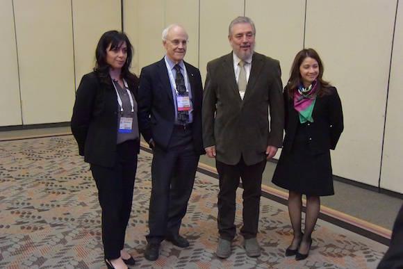 Con el Prof. David Gross, Premio Nobel de Física, y María Spiropulu, del Instituto Tecnológico de California. A la derecha, la profesora Frances Colon.
