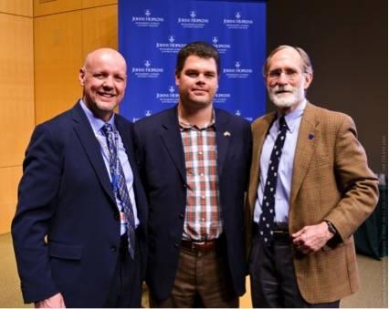 Con el Dr. Pierre Coulombe, Jefe de departamento de bioquímica y biología molecular de la Johns Hopkins Bloomberg School of Public Health (izquierda), y el Dr. Peter Agre, Premio Nobel de Química (derecha). Foto: Cortesía de David Rothschild.
