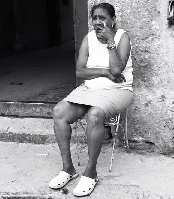 """""""El momento, el lugar, la expresión y la actitud dicen más q mil palabras. Cuando terminé de tomarle la foto me miro con la misma mirada q ven en la imagen y sin dejar de gozar el sabor y el aroma del tabaco me preguntó si era cubano, dijo Levy."""