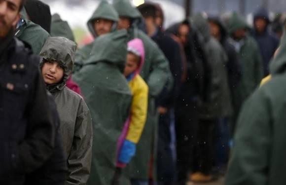 Refugiados atrapados entre Grecia y Macedonia. Foto: Reuters.