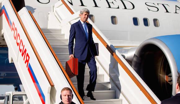 Kerry desembarca en el Aeropuerto de Moscú con un maletín rojo en la mano. Foto: AP