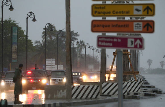Lloviendo a cántaros rumbo a La Habana Vieja. Foto: Enric Marti/ AP