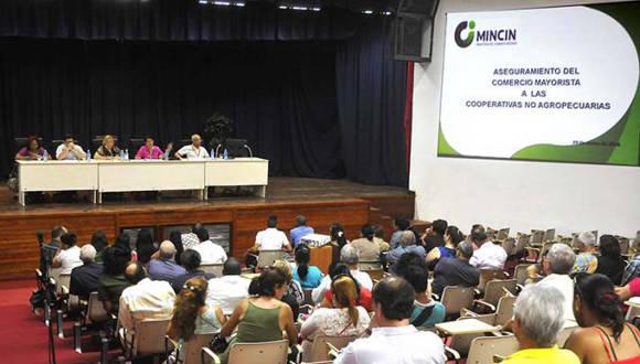 Este martes se debatió sobre Aseguramiento del comercio mayorista a las Cooperativas No Agropecuarias (CNA), en tercera edición de la Feria de Negocios. Foto: Granma.