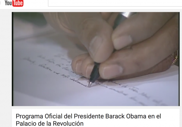 Obama firma el libro de visitas del Memorial. Foto: capturada de Youtube.