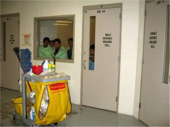 Una de las celdas conocidas como hieleras en un centro de detención cerca de la frontera con México. La foto fue proporcionada por el grupo Women's Refugee Commission para Mujeres Refugiadas a través de la organización Americanos Pro Justicia Inmigrante. Foto de cortesía/ El Nuevo Herald