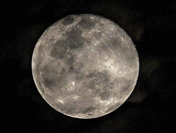 Luna habanera de este Viernes Santo. Foto: Ismael Francisco/ Cubadebate