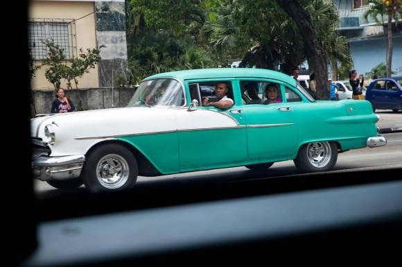 Foto por la ventana de mi carro en la caravana. / Scene out the window from my car in the motorcade.