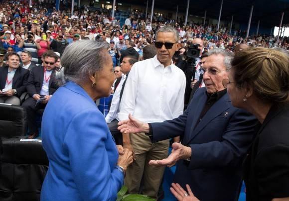 Presidente Castro se encuentra con Rachel Robinson, viuda de Jackie Robinson, en el partido amistoso de béisbol. / President Castro meets Rachel Robinson, widow of Jackie Robinson, at yesterday's exhibition baseball game.