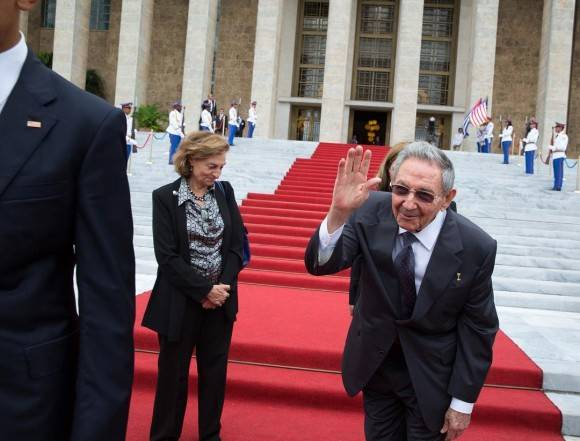 Raúl Castro despide al Presidente Obama en el Palacio de la Revolución / Raul Castro bids farewell to the President at the Palace of the Revolution.