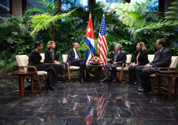 El Presidente Obama y el Presidente Castro durante su reunión privada. / President Obama and President Castro during their restricted bilateral meeting today.