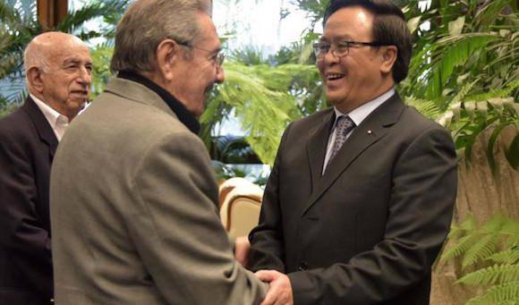 El General de Ejército Raúl Castro Ruz, Primer Secretario del Comité Central del Partido Comunista de Cuba, recibió este martes al compañero Hoang Binh Quan, Enviado Especial del Secretario General del Partido Comunista de Vietnam, Nguyen Phu Trong Foto: Estudios Revolución