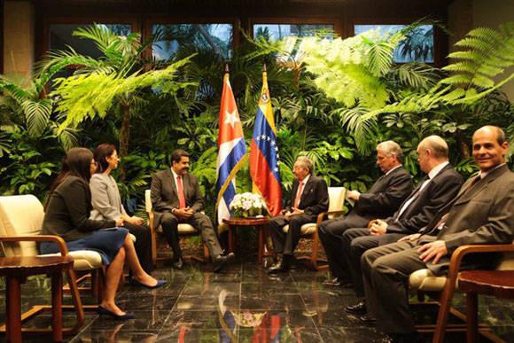 Ambos líderes junto a las respectivas delegaciones durantes las conversaciones bilaterales. Foto: @PresidencialVen.