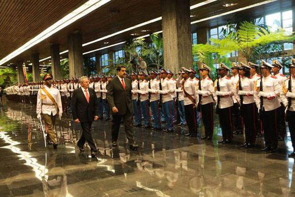 Raúl y Maduro pasan junto a la Guardia de Honor durante el recibimiento oficial. Foto: @PresidencialVen.