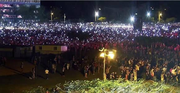 La hora de los conectados: miles de personas prendieron las luces de móviles para acompañar a The Rolling Stones en el Concierto. Foto: Cubadebate