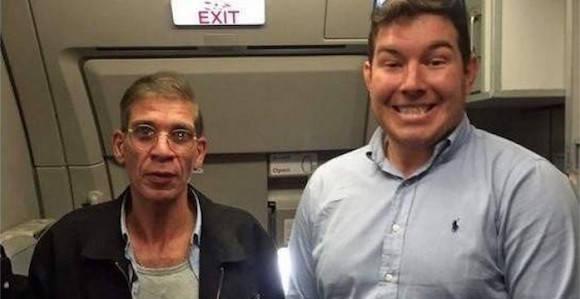 La polémica foto que un pasajero del avión de EgyptAir se hizo con el secuestrador.