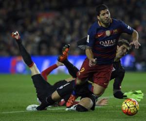 Iraizoz derriba a Luis Suárez, en uno de los últimos casos de penalti y expulsión. Foto: Lluis Gene / AFP.