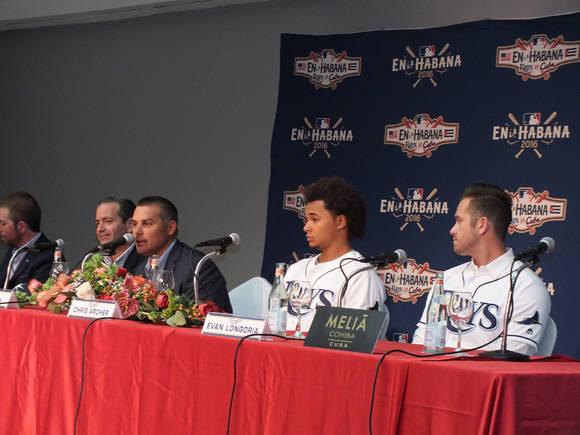 De derecha a izquierda, Longoria, Archer y el manager Cash. Foto: Kiara González Escobar.