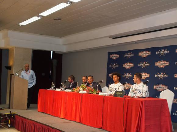 Una vista global de la mesa con los jugadores y directivos de Tampa Bay Rays. Foto: Kiara González Escobar.
