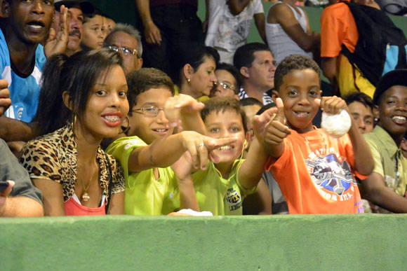 Tercer juego de la semifinal entre Pinar del Río y Matanzas.  Foto: Katheryn Felipe / Cubadebate