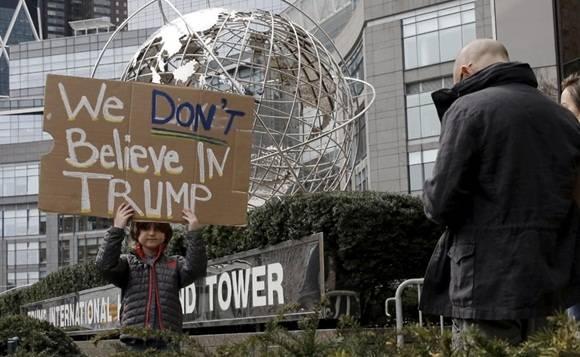 """Pancartas como """" No al fascismo, No a Trump fueron mostradas en las protestas. Foto: Reuters."""
