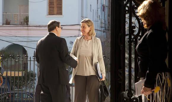 Bruno y Federica se saludan antes de entrar a la sala. Foto: Ismael Francisco/Cubadebate.