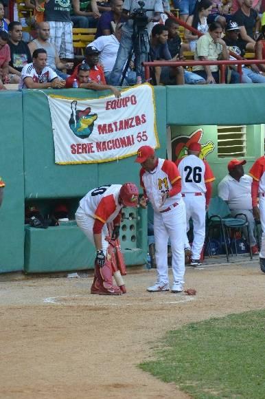 Víctor Mesa aconseja a Ariel Martínez justo antes de que éste rompiera el abrazo en la pizarra. Foto / Katheryn Felipe / Cubadebate