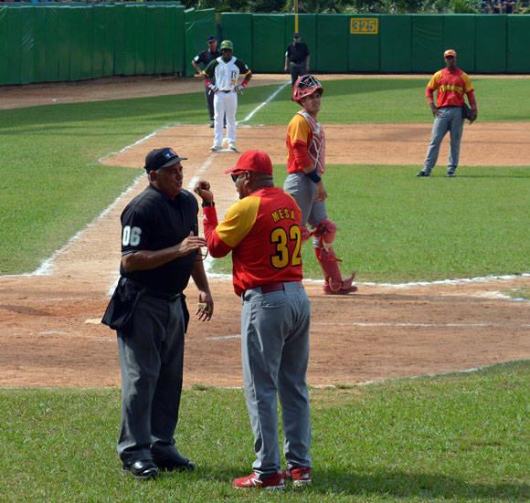 Víctor Mesa reclama un dead ball al árbitro. Foto: Khateryn Felipe / Cubadebate