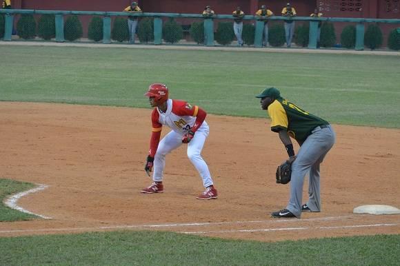 Víctor Víctor adelanta en primera tras impulsar la segunda del choque. Foto: Katheryn Felipe  Cubadebate