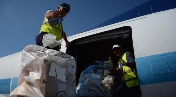 Carlos Gutierrez, inspector de seguridad postal del correo de EEUU, entrega la carta que reinaugura el servicio directo entre los dos países. Foto: Jorge Legañoa/ ACN