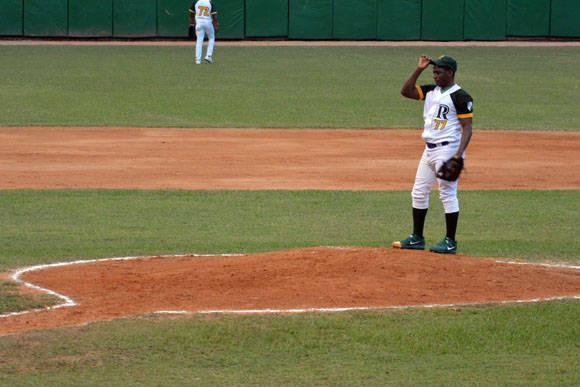 Yaifredo Domínguez sólo pudo sacar par de outs.  Foto: Katheryn Felipe / Cubadebate