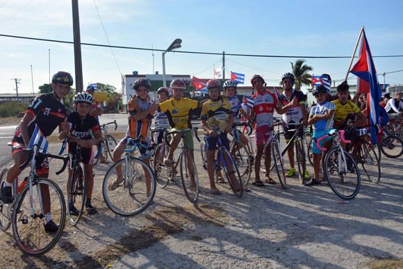 El equipo de ciclismo de Güines fue un apoyo esencial en sus súper velocípedos.