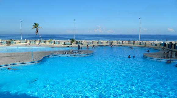 Desde un ángulo superior la visual comparte agua de piscina y mar, es éste un lugar arquitectónicamente bien concebido, con buen gusto y funcionalidad que no debería perderse. Foto: Susana Tesoro/ Cubadebate.