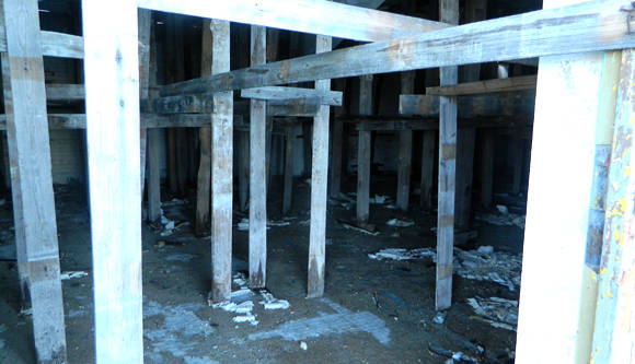 Otra área de ejercicios que lleva años apuntalada, con las ventanas selladas y el techo sin terminar. . Foto: Susana Tesoro/ Cubadebate.
