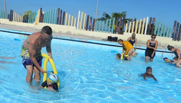 Eddy Merino conduce a su pequeño por el mismo camino de la natación que él transitó. . Foto: Susana Tesoro/ Cubadebate.