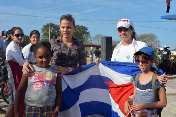 Mariana es la pequeñita de la derecha. Con solo 10 años pedaleó los 218 km.