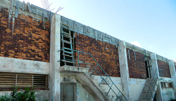Área terapéutica debajo, arriba otro espacio para ejercicios. Fíjese cómo han sido selladas las ventanas superiores con el cemento que está debajo del encofrado, cortaron arriba, pusieron el techo y omitieron las ventanas de la construcción original. Ahora en esa sala no hay ventanas. Foto: Susana Tesoro/ Cubadebate.