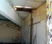 El interior del área que vimos anteriormente, pueden verse las ventanas superiores tapiadas y el techo que consiste en unos paneles sueltos malamente colocados sin unión entre ellos. Foto: Susana Tesoro/ Cubadebate.