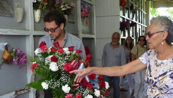 37 años del asesinato de Carlos Muñiz Varela, su hijo deposita una ofrenda ante la tumba de su padre. Foto: InterNewsService