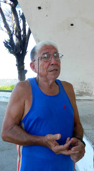 El profesor Jossie Muñoz Fernández, no se resigna  a que este Centro Deportivo se destruya. Foto: Susana Tesoro/ Cubadebate.