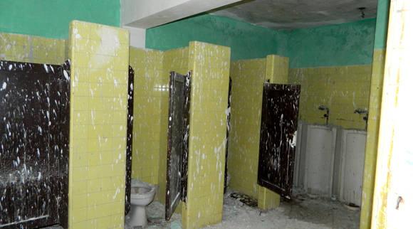 Estos son los baños del área terapéutica, inutilizados debido a que estaba ¿en reparación? La imagen lo dice todo. Foto: Susana Tesoro/ Cubadebate.