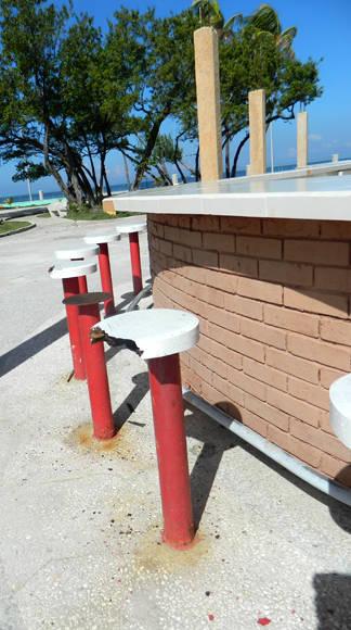 La cafetería, pintada sin haber sido terminada, ahora los asientos que fueron de madera ya están carcomidos y oxidados sin haber servido nunca a nadie. Foto: Susana Tesoro/ Cubadebate.