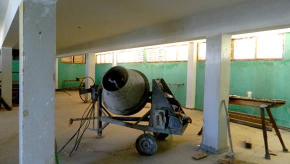 Interior de área terapéutica, no sabemos si esa hormigonera que lleva años ahí dentro cabrá ahora por la puerta, detrás, equipos de abdominales que  ya no podrán reutilizarse. Foto: Susana Tesoro/ Cubadebate.