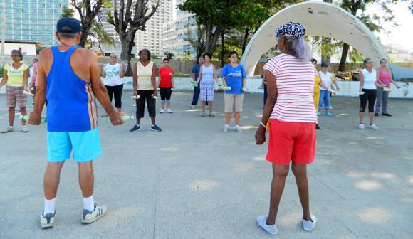 El grupo de la mañana realiza los ejercicios al aire libre, cuando llueve, no es posible ofrecer el tratamiento. Foto: Susana Tesoro/ Cubadebate.