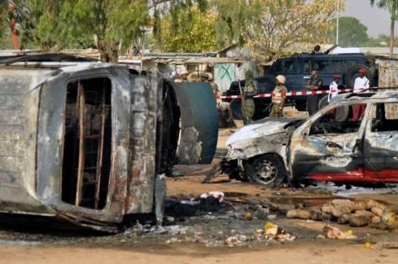 bomba.jpg La policía monta guardia tras una explosión suicida con bomba en la estación de autobuses en Kano, Nigeria, en febrero de 2015. Foto: AP