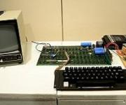 La primera computadora Apple I se lanzó en 1976, pocos meses después de fundarse la compañía.