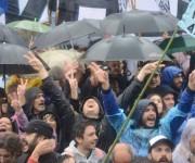 A pesar de la lluvia, el pueblo argentino se reunió para apoyar a la expresidenta. Foto: Kaloian/ Cubadebate.